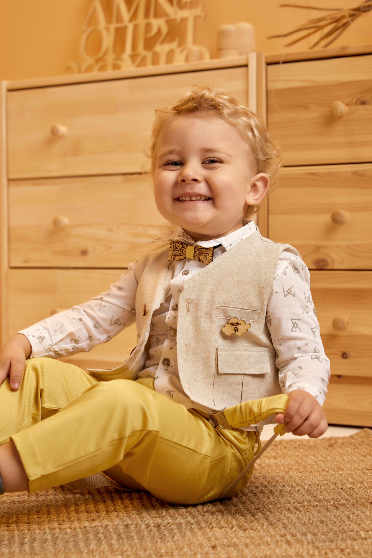 Βαπτιστικό σύνολο κροκί παντελόνι και λευκό πουκάμισο με καφέ βελάκια