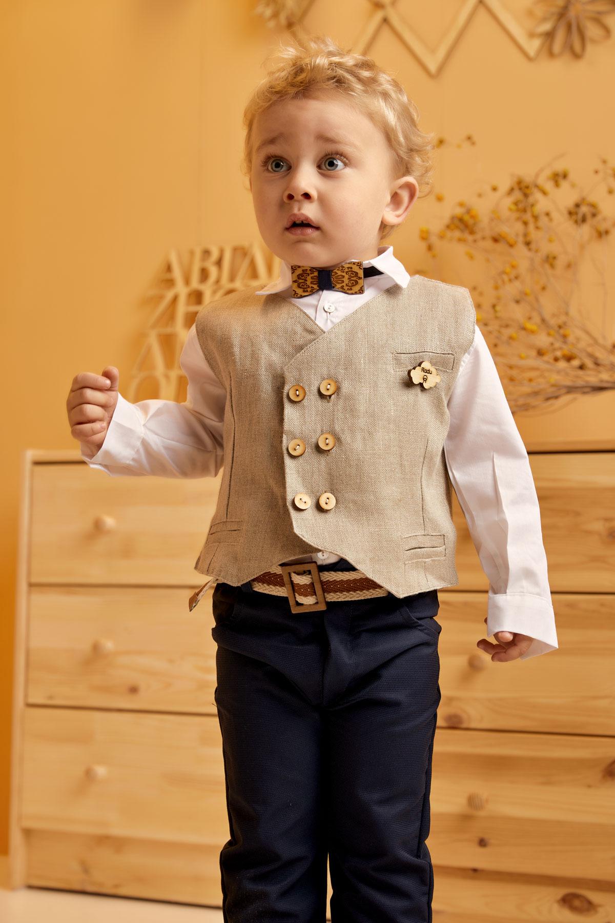 Βαπτιστικό σύνολο μπλε παντελόνι και μπεζ ψάθα σταυροκούμπι γιλέκο