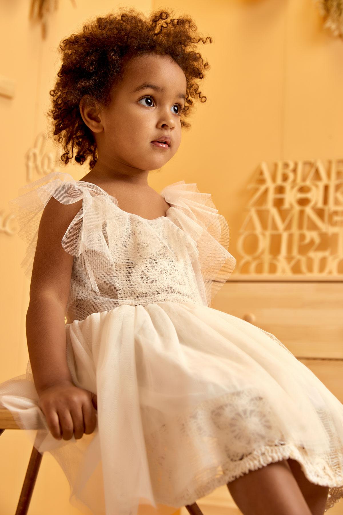 Βαπτιστικό φόρεμα εκρού με τετράγωνη δαντέλα και τούλινο βολάν στους ώμους