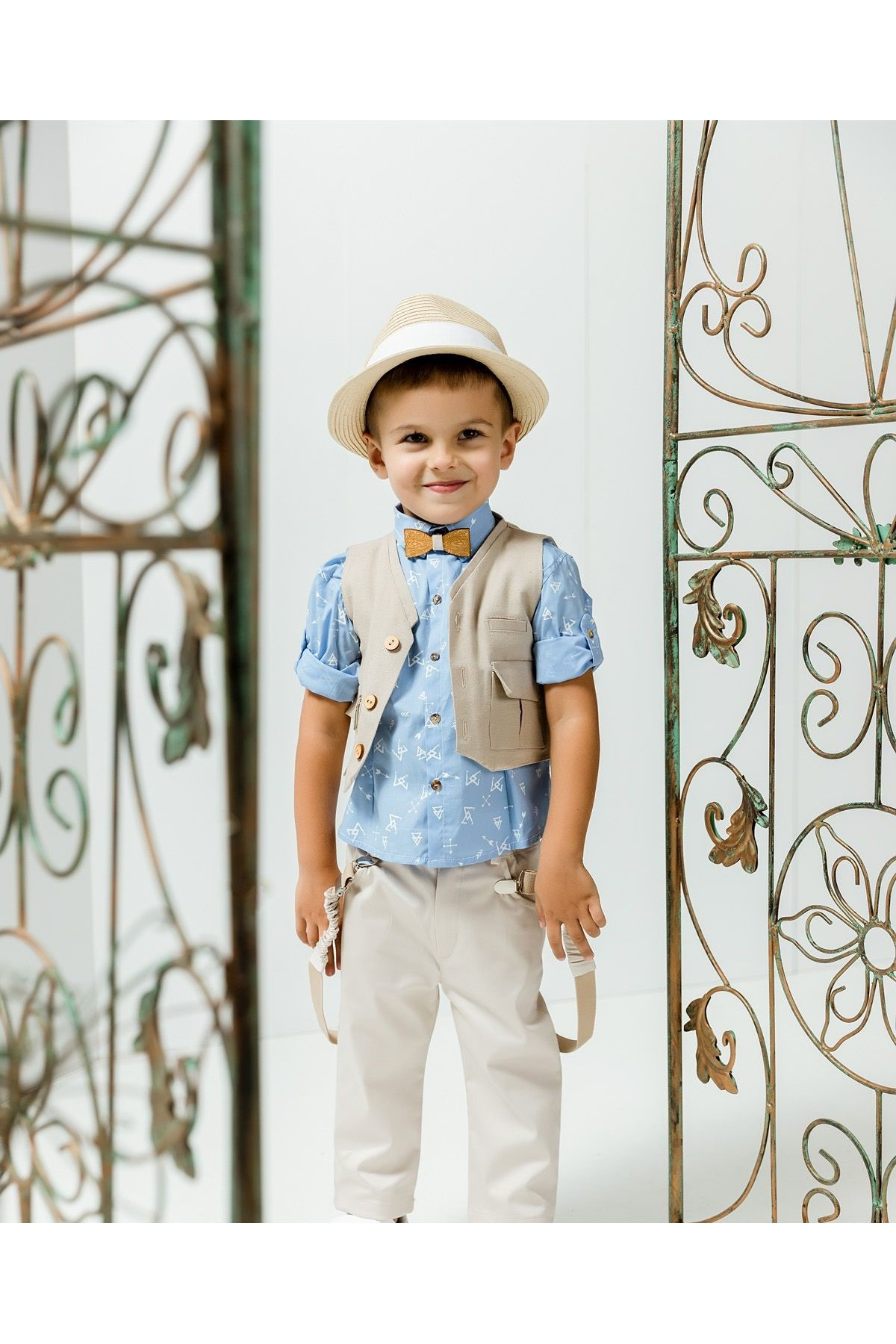Βαπτιστικό σύνολο αγόρι με παστέλ μπεζ παντελόνι και σιελ πουκάμισο με λευκά βέλη αστεράκια
