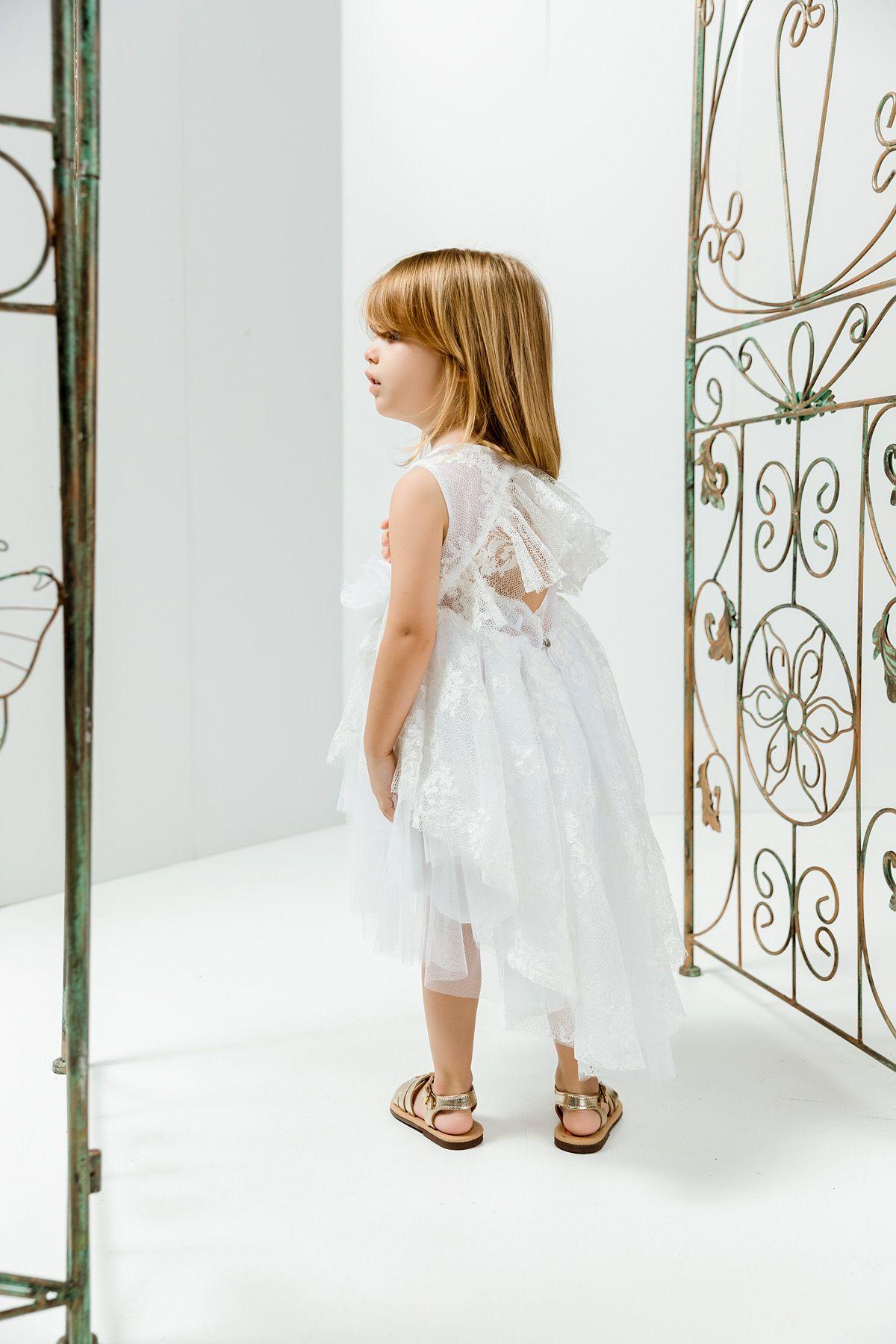 Βαπτιστικό φόρεμα λευκό με δαντέλα και βολάν στην πλάτη και στην φούστα