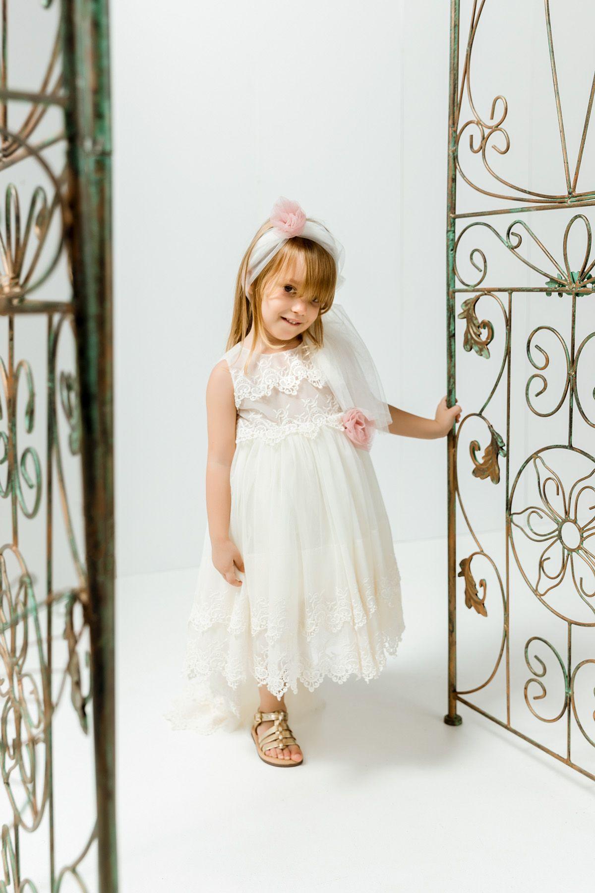 Βαπτιστικό φόρεμα με εκρού τούλινη ουρά και εκρού διπλή δαντέλα
