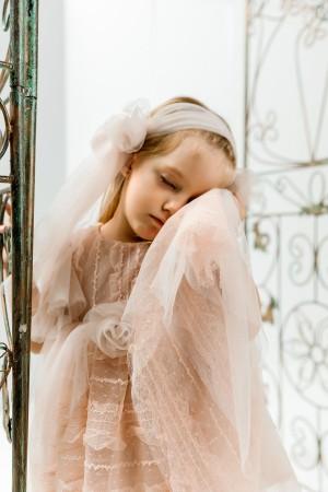 Βαπτιστικό φόρεμα nude με δαντέλα και αέρινη nude τούλινη ουρά