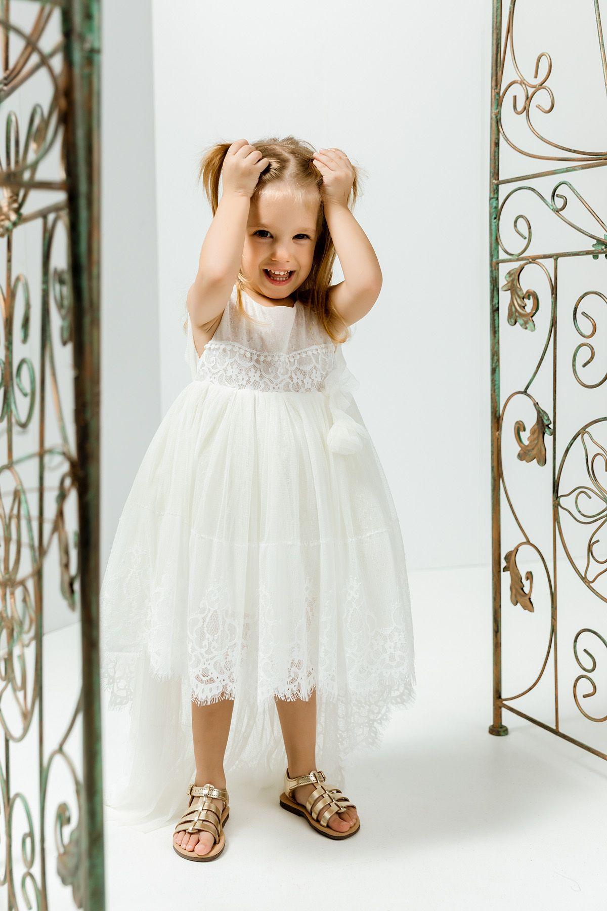 Βαπτιστικό φόρεμα με ψιλό εκρού πουά τούλι με ουρά και δαντέλα