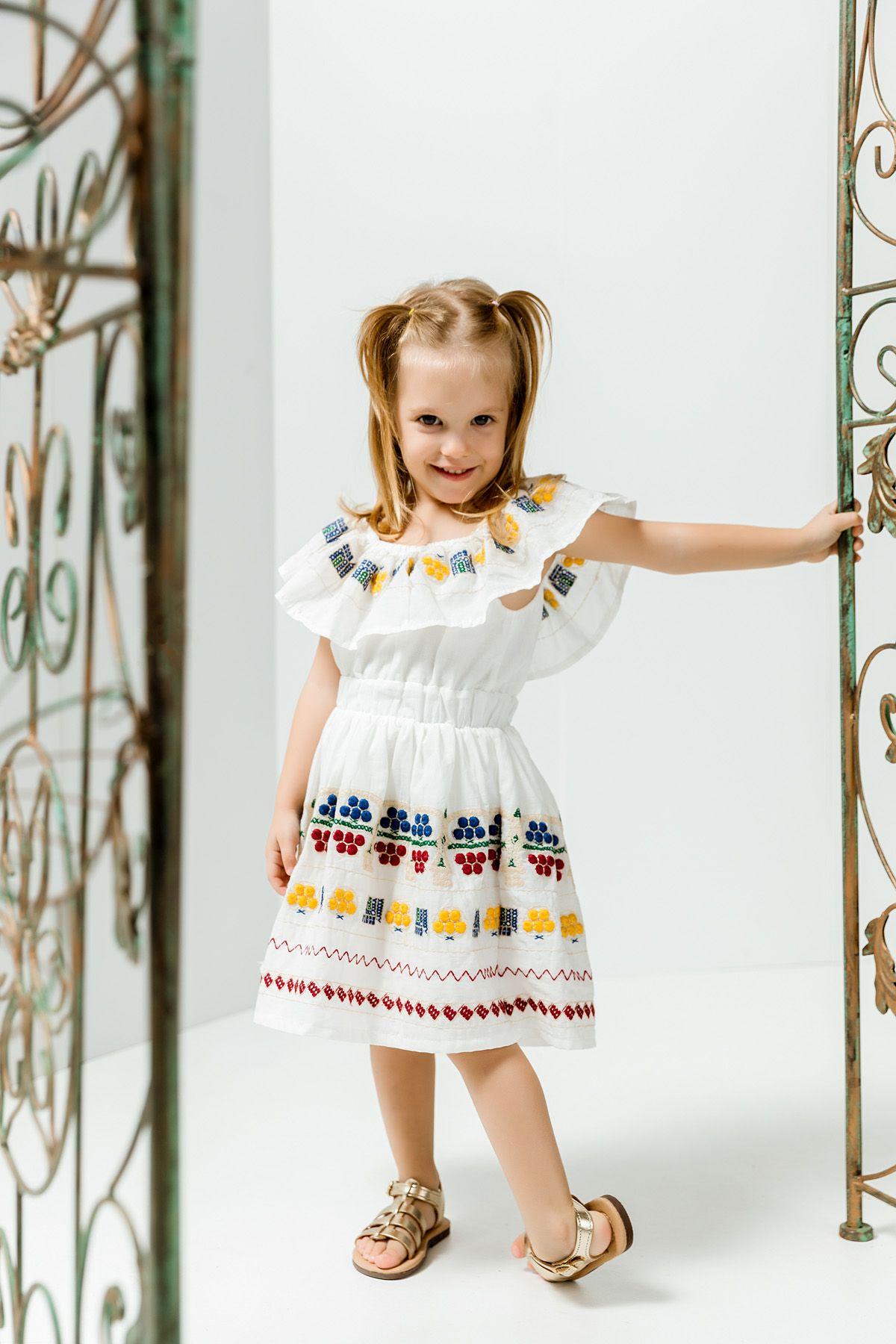 Παραδοσιακό πολύχρωμο φόρεμα με ανάγλυφο κέντημα