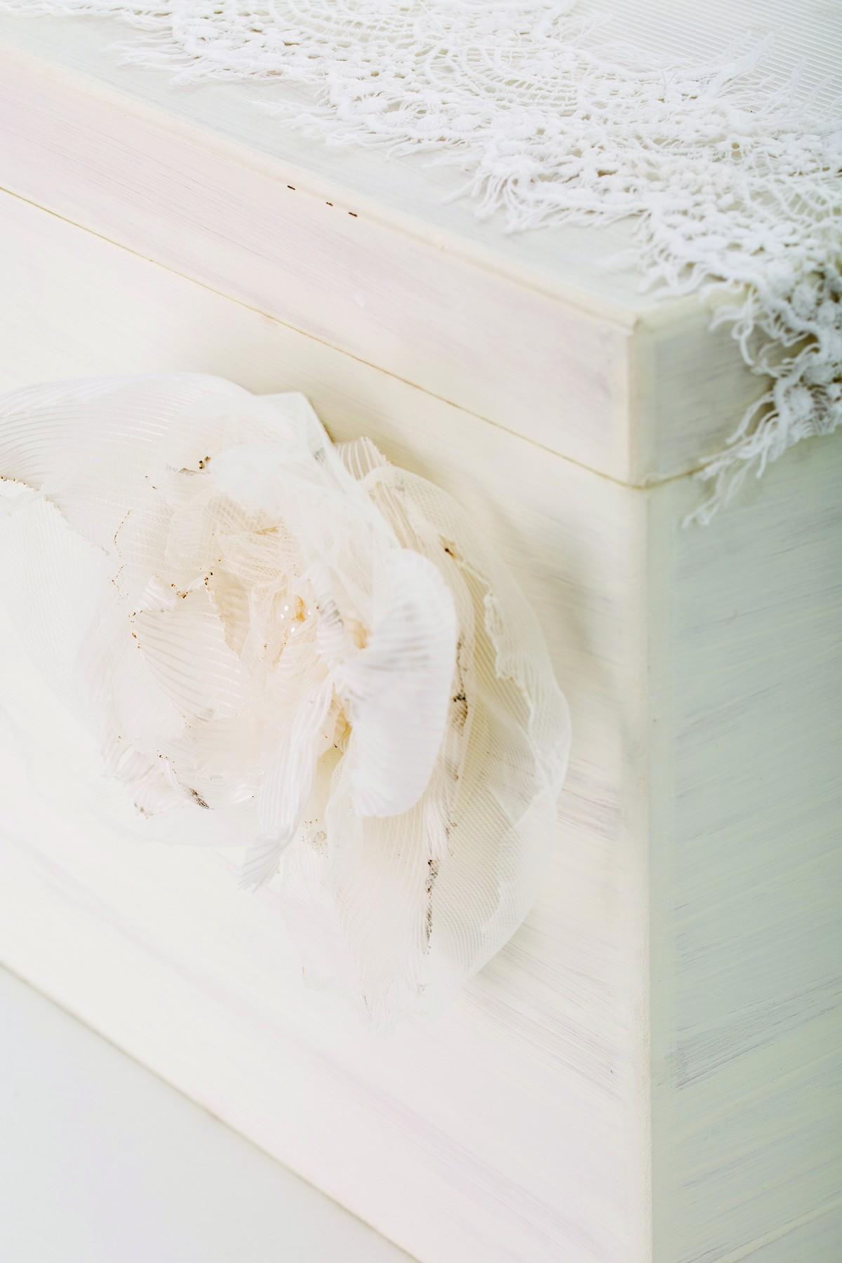 Λαμπάδα και Κουτί με εκρού broderie δαντέλα με λουλούδι